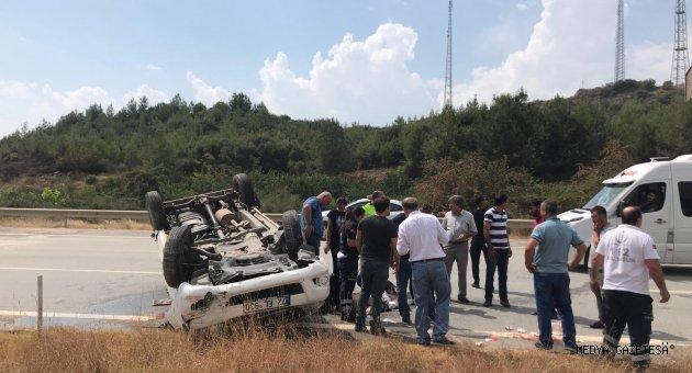 Adana'da hafif ticari araç devrildi: 2 yaralı