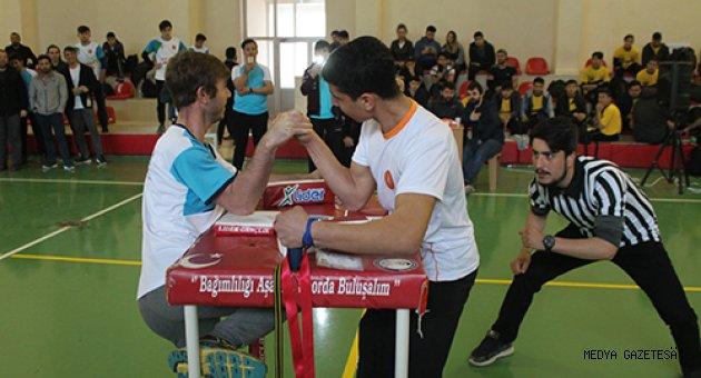 Doğu Akdeniz Bölgesi Genç Erkekler Bilek güreşi yarışması düzenlendi.