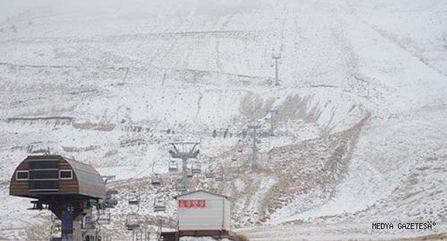 Kahramanmaraş Yedikuyular Kayak Merkezi'ne mevsimin ilk karı yağdı