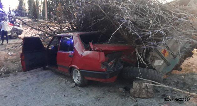 Kahramanmaraş'ta otomobil traktör römorkuna çarptı: 3 yaralı