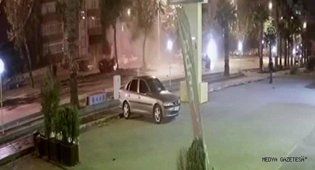 Otomobilin ağaca çarparak ikiye bölünmesi anı güvenlik kamerasında