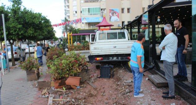 Otomobille çarpışan kamyonet pastane bahçesine girdi