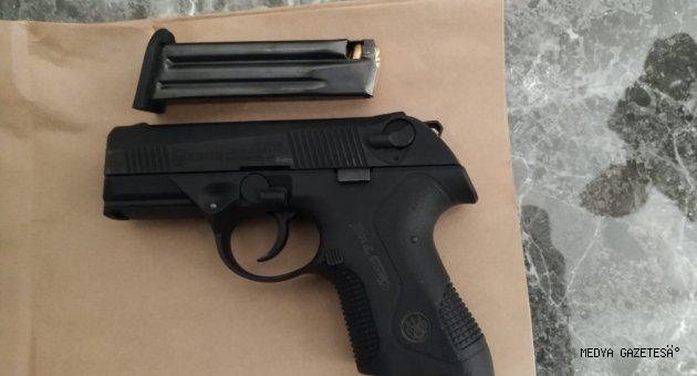 """Oturduğu siteden tabancayla havaya ateş eden """"maganda"""" polislerce gözaltına alındı"""
