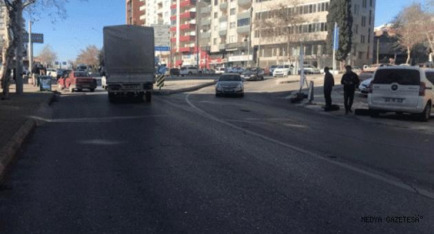 Yolun karşısına geçmek isterken hafif ticari aracın çarptığı genç yaralandı